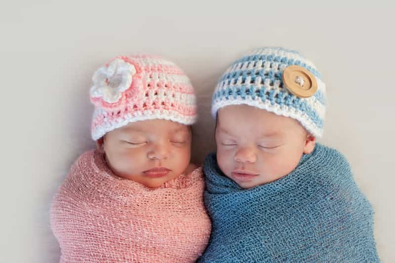 A picture of a pair of newborn twins