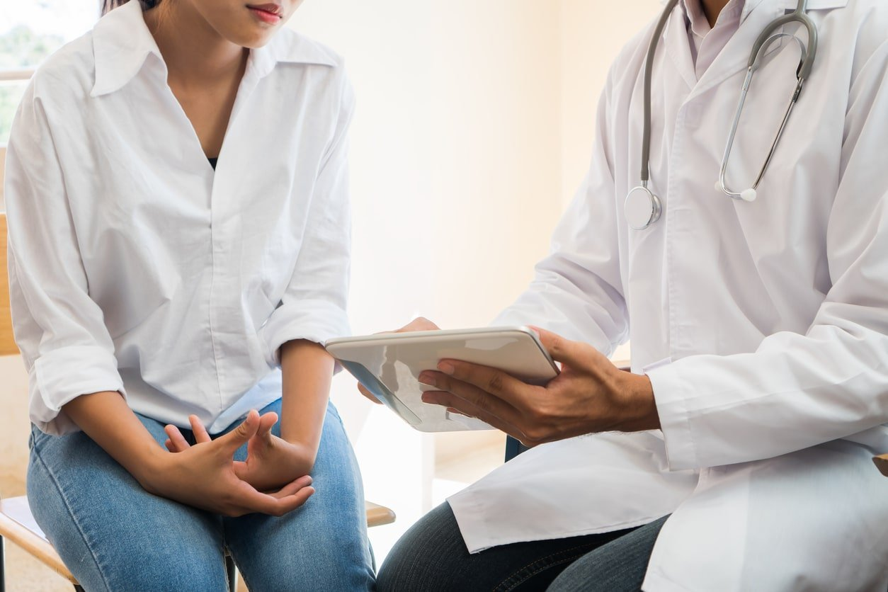 A gynae doctor explaining to his patient about the consult